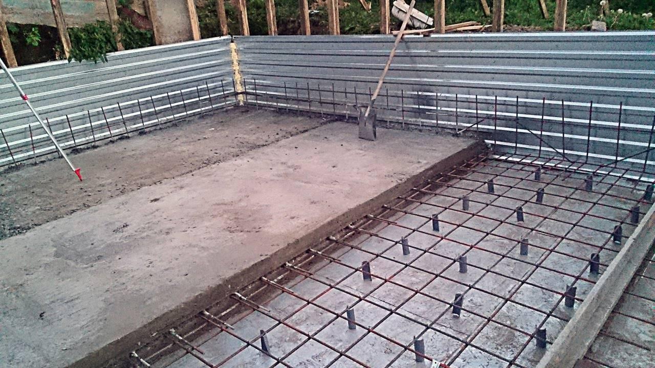 Заливка большой плиты выполняется в несколько этапов