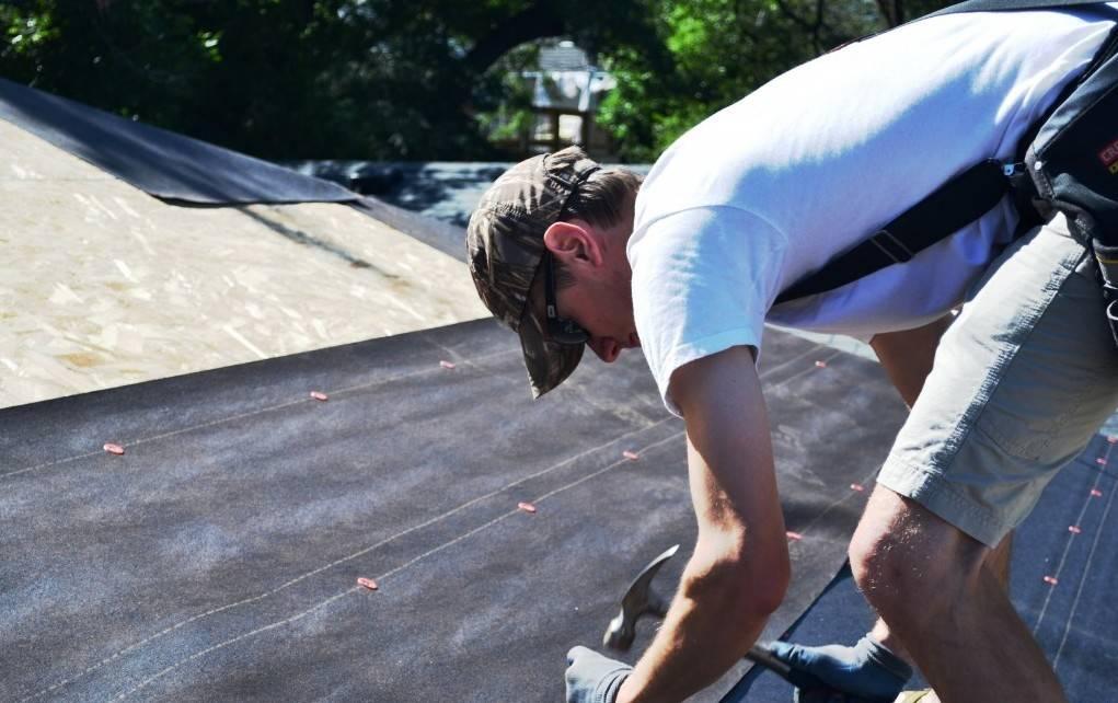 На отвесной крыше нужна дополнительная фиксация листов рубероида