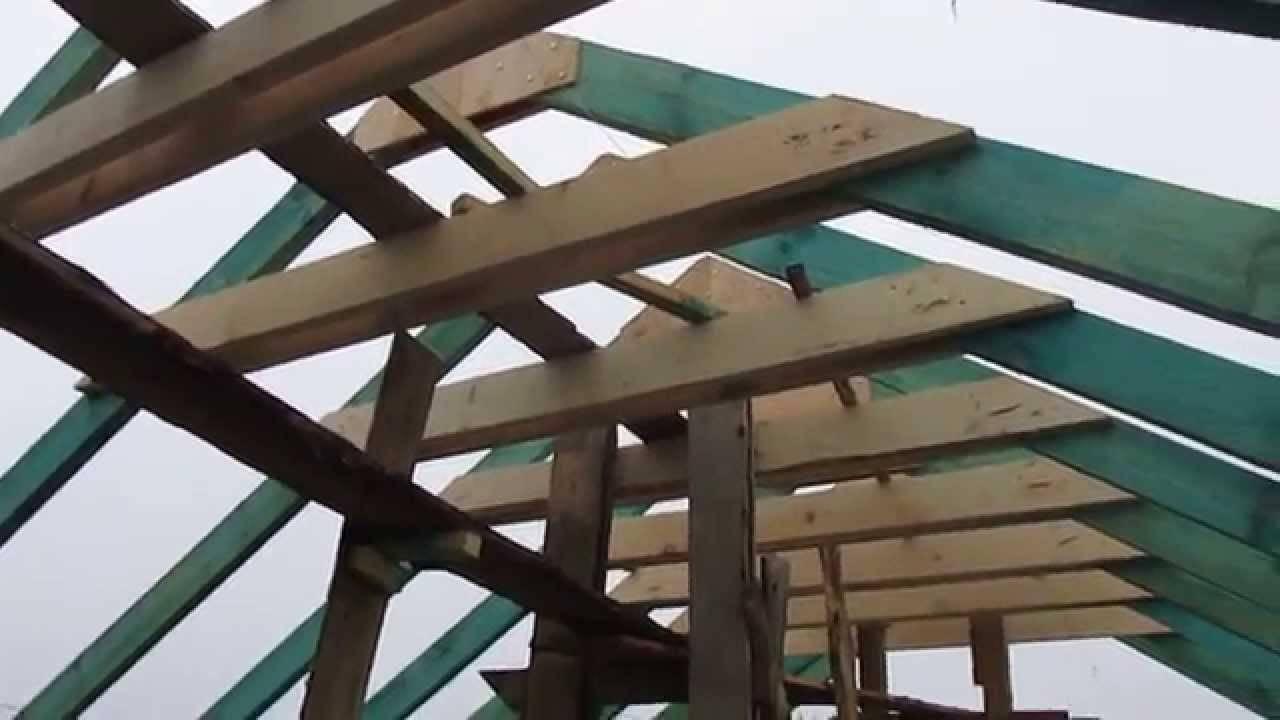 Каркас крыши делают преимущественно из дерева