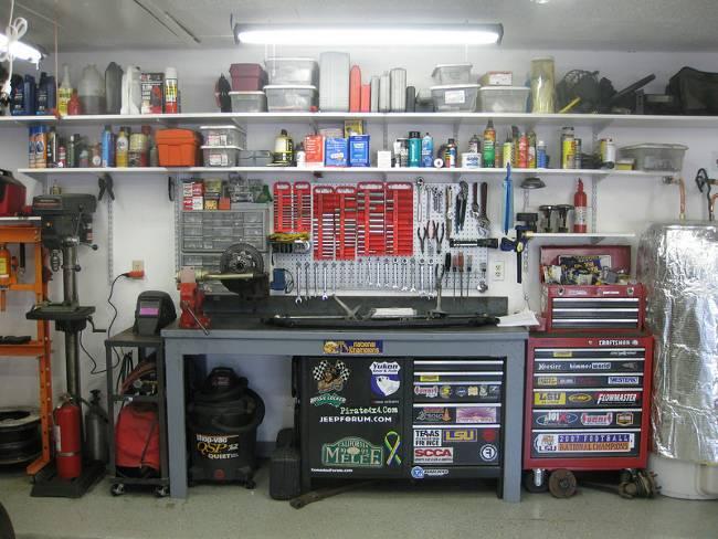 Гараж настоящего водителя полон инструментов и разнопрофильного оборудования
