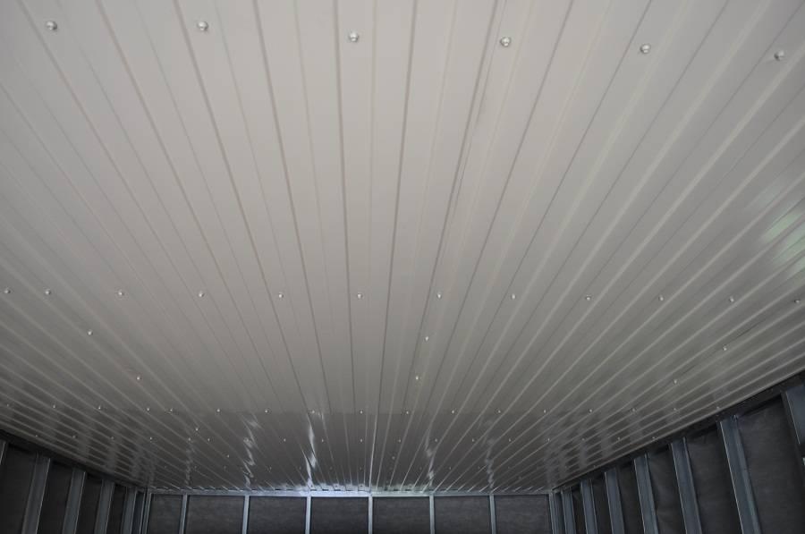 Потолок следует обшить безопасным материалом