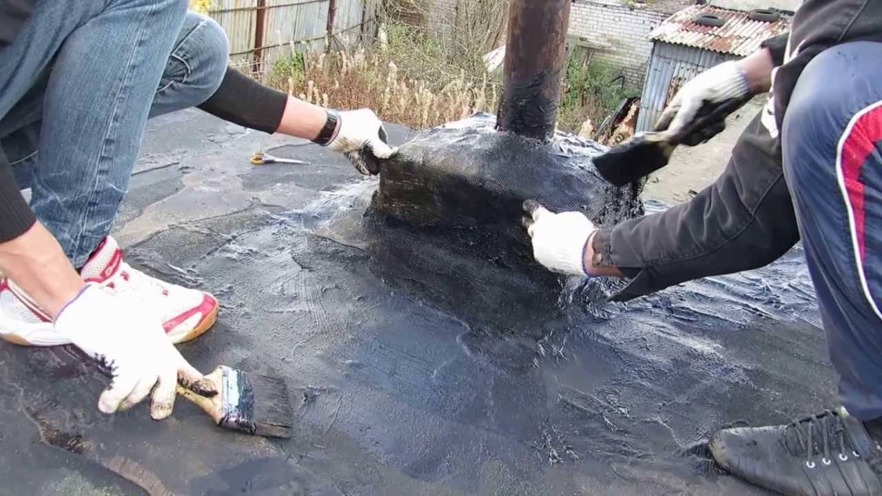 Нанесение битума на крышу