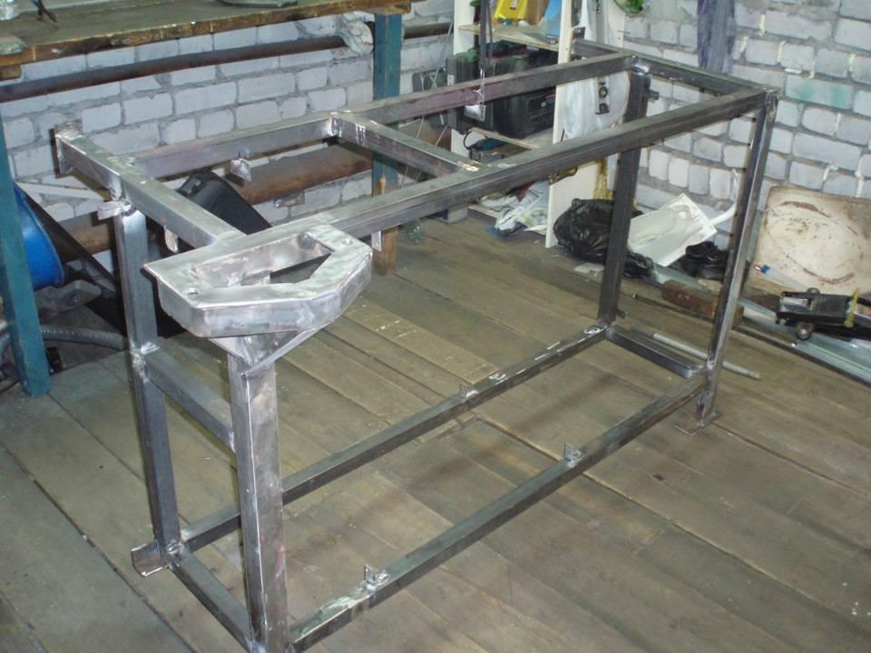 Раму для рабочего стола варят из металлических уголков