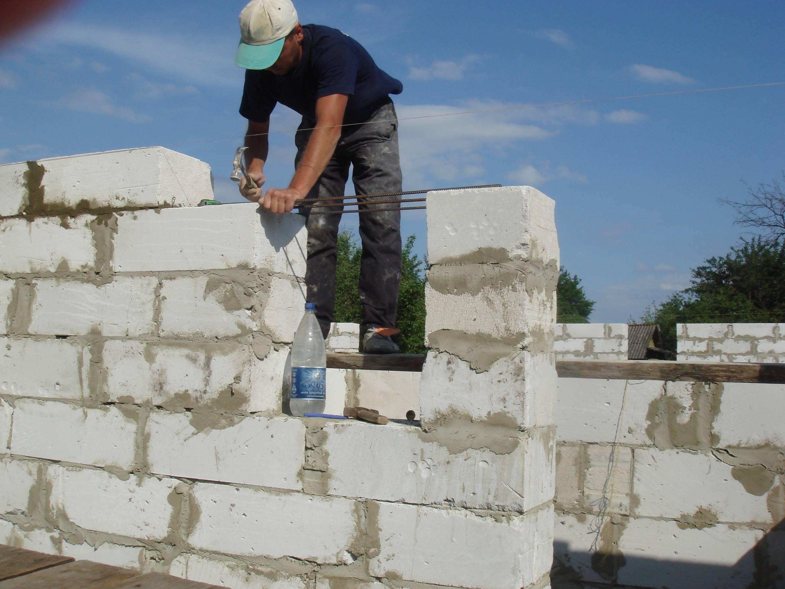Мужчина строит стену