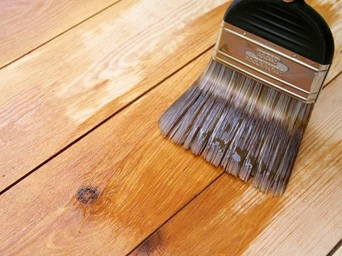 Лак упрочняет деревянное покрытие