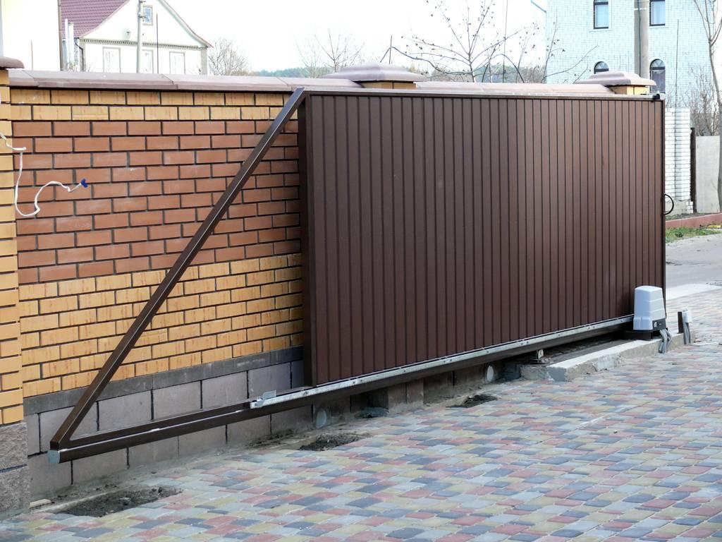 Откатные двери чаще всего устанавливают при въезде на участок