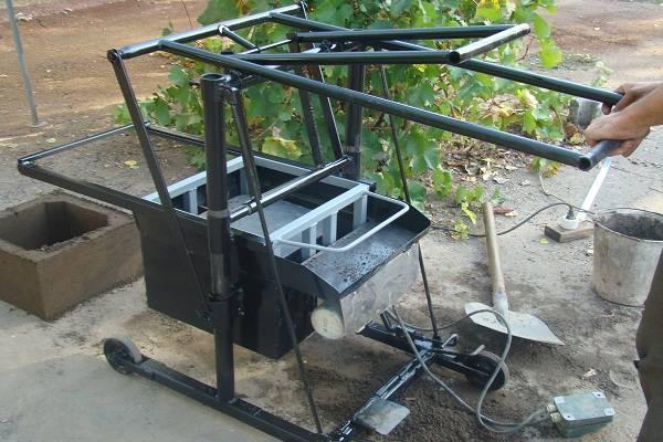 Аппарат позволяет быстро и легко изготовить стройматериал